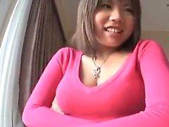 Çekici bir gülümseme ile çekici Japon kız bi