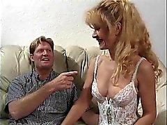 Sexy rijpe blonde in lingerie wordt geneukt op een bank