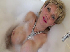 Older breasty blond gives a bubble baths masturbation tutorial