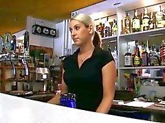 Barman in Europa Lenka betaald voor hardcore seks met vreemdeling