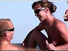 MILF Geben Einer Blasen At The Beach