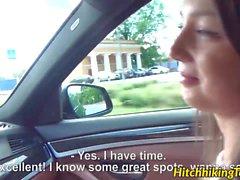 Foxy Di estava preso na estrada com um carro quebrado, mas felizmente