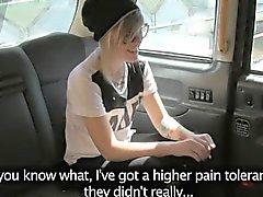 Som tatueras blondin passagerare på glas gruppknullas utomhus-