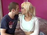 Stora bröst blond shemale Kim Bella får sitt rövhål knullat
