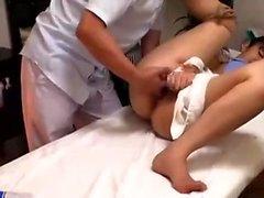 Любительский подросток дрочит ее киску на кулачке