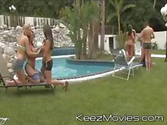Hembras cachondas joven distribuidos alrededor de la piscina abren sus piernas e lame