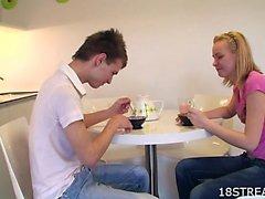 Impatient adolescenti si scopa in una cucina