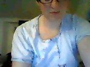 Kort hår slampa med glasögon onanerar på cam