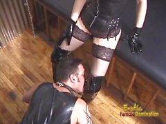 Deux ravishing babes profiter de fesser un latex-clad stud horny