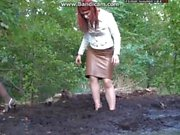Двух заносчивых женщинам застревают на зыбучих пока идущ в лес