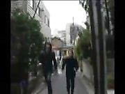 Kinky crossdresser japonês em meias pretas mostra fora oi