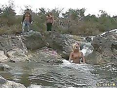 Loira dedos e fornece sexo oral duplo