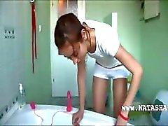 dinamarquês Natasha no armário de água