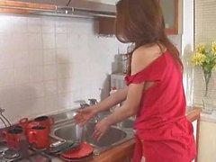 Del Brunette pulcini lavare i piatti