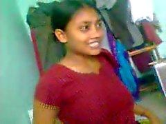 Atractiva niña indio linda con el grupo de los hombres - de 2