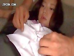 Aantrekkelijk Aziatische schoolmeisje krijgt activa gepest in 3some