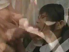 Pigtailed maid japonaise prend épaisse tige vers le bas h de son patron