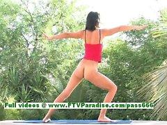 Kirsten hermosa morena tetona elabora desnudos en la piscina
