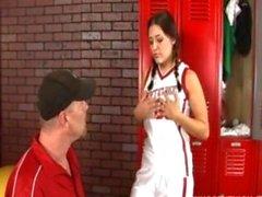 Geile Teen in der Kabine von ihrer Sportlehrerin gebumst