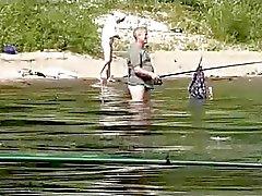 Zeer mooi naakt meisje vissen op de openbare
