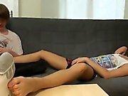 Ragazzi di Furby e la Blueboy amano i alcuni piede idromassaggio e Giochi di piedi