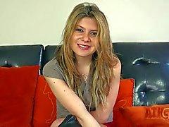 Mignon de teen blonde donne des et la interview sur lit