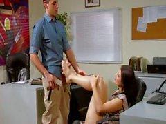 Giovane segretario brunette di Kimberly di Kane si sfrega il suo cavallo coi piedi e il viene sbattuta