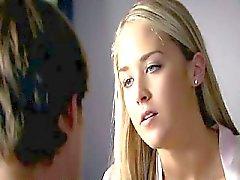 Noelle DuBois portant un vêtement noir même maigre avec la longue