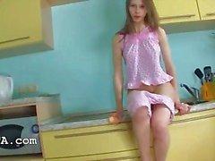 Pussy sormitus ja tärisevä keittiössä