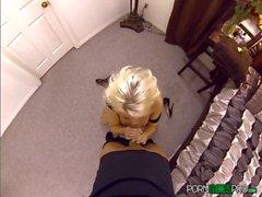 Britney Amber fickt und saugt einen riesigen Schwanz in POV-Stil