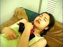 Amatör japanska tjej smaskar kuk , blir toyed och sedan knullade