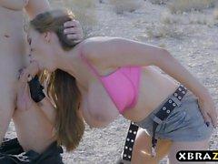 Огромная грудь автомеханика Никки Benz анальном сексе в пустыне