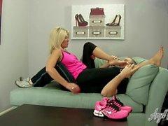 Engel Geküsst Feet - Nikki Ashton ruft ihre Füße verwöhnen Nach dem Workout