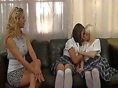 Две блондинки и брюнеткой показаны серии лесбийской любви друг для друга