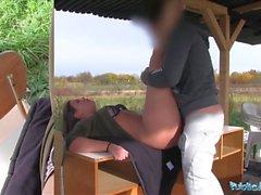 L'agent public L'étudiante sexy Vany Ully creampied à l'extérieur