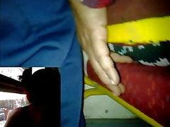 metiendo y tallando dedo casada bus falda