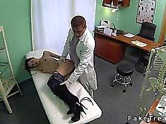 Petit de brunette nichons venait pour le médecin à implants seins bientôt elle se fait baiser dans son bureau