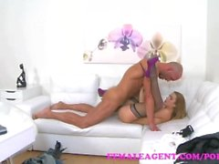 FemaleAgent массажа заканчивается на липким для лица