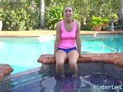 Sexy Teen Kimber Lee diz-lhe como empurrá-lo pela piscina!