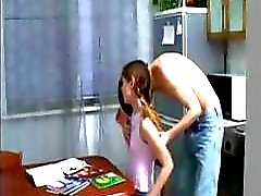 Pigtailed brunett tonåring får hennes axlar gnidas innan de får det på