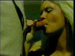 Hot bionda con il belle tette succhia il cazzo fuori quindi china su di la pecorina