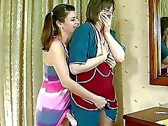 Зрелая к Лицам Нетрадиционной Сексуальной мамочки с очки и Yougn милашки барабанящих с страпону