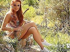 Lucía Anne tiras de desnuda en la la rocalla