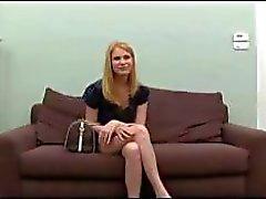 Blonde op de casting bank krijgt een pik te zuigen en neuken voor tryout