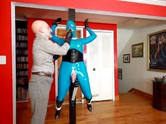 Rubber Shemale Sex Slave como estatua viviente!