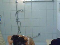 Große runde Amateur Titten schlug in der Dusche