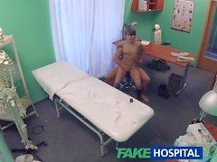 FakeHospital bombón de pelo corto seduce médico