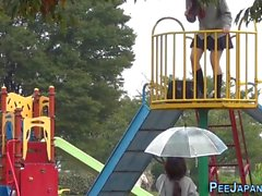 Japanilaisen teini teini kusi puistoon