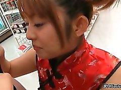 Suloiset japanilaisen cosplay tytön imee munaa