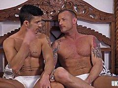 Büyük yarak eşcinsel eyersiz ve yüz